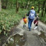 ハイキングに何着ていく?子どもの服装選びと季節別アイテム